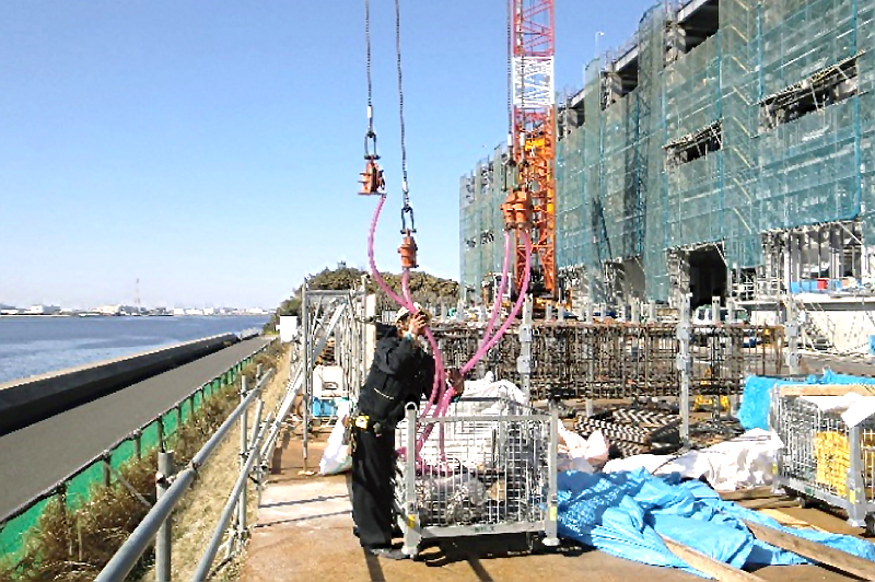 吊り治具の収納は、メッシュのカゴが便利