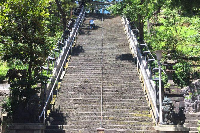 土杭を巻き込んだ工事現場の近くにある愛宕神社