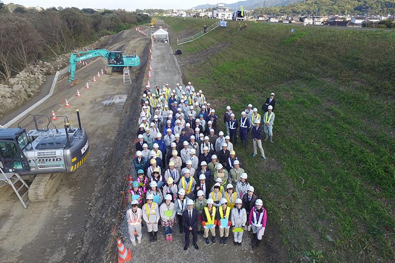 株式会社福井組が施工する川島漏水工事現場での合同訓練での集合写真。ICT活用工事の現場説明会も行われた。なでしこBCから総勢100名あまりが参加した。(画像提供/株式会社井上組)