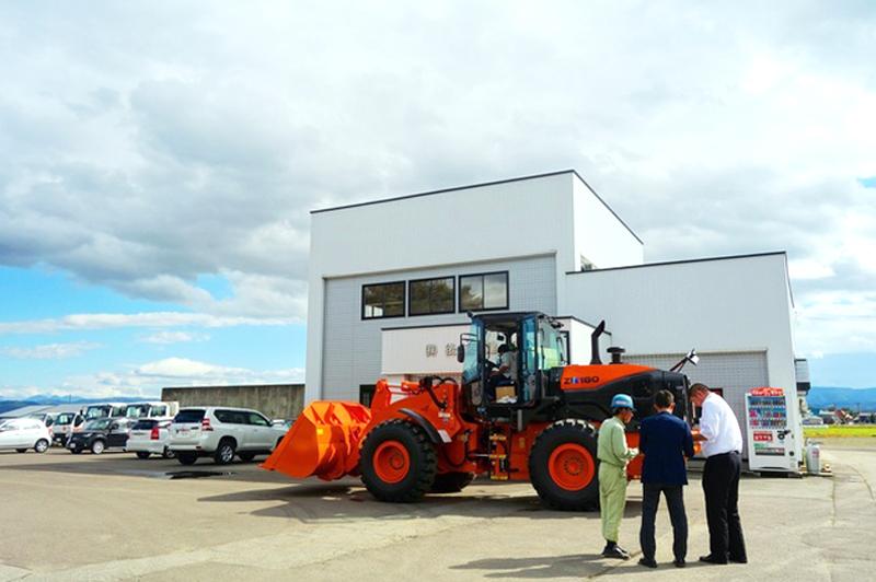 後藤建設の社屋と除雪車。砂利工場からはじまった創業約50年の建設会社だ。