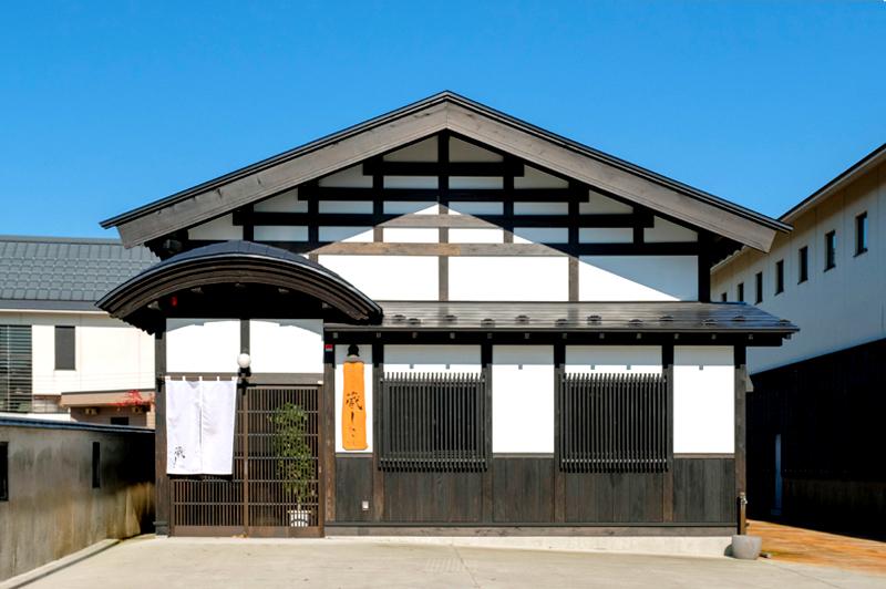 古民家をリノベーションした『蔵しこ』。ワイン好きの後藤社長がセレクトした約100種が楽しめる。