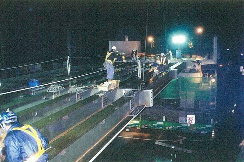 JR高架橋の夜間架設作業の様子