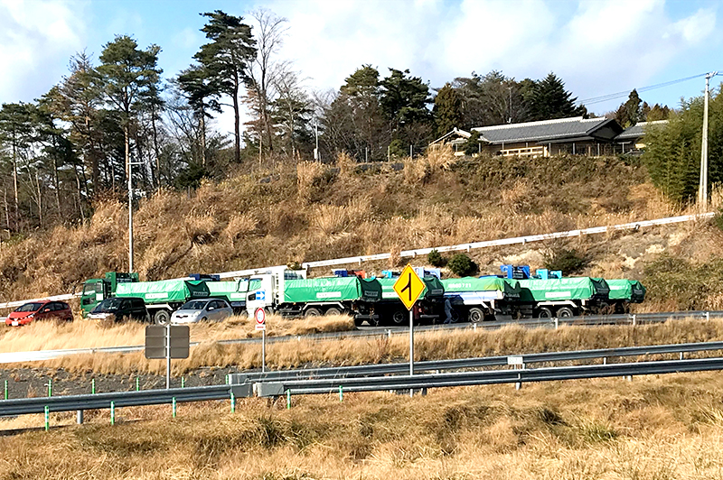 放射性汚染物質を輸送するトラック