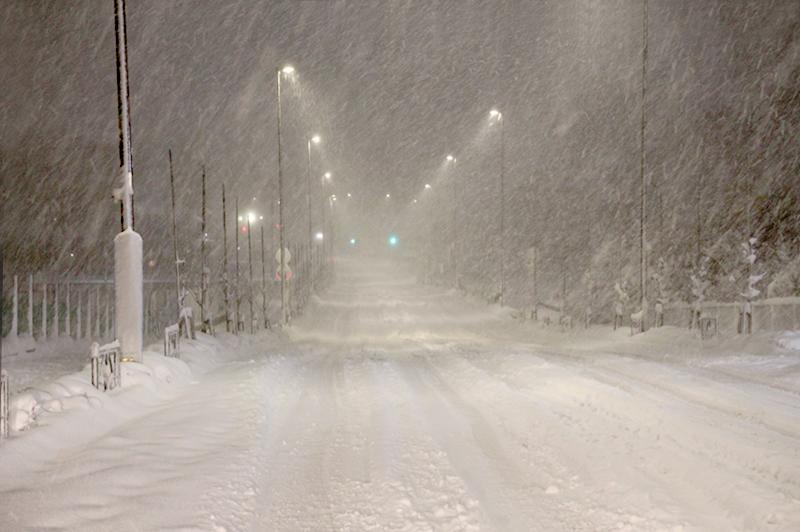 深夜、雪が降り積った除雪前の道路
