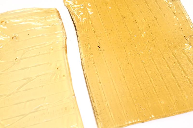 左が工業用、右が天然素材100%の膠。透明感が違う。