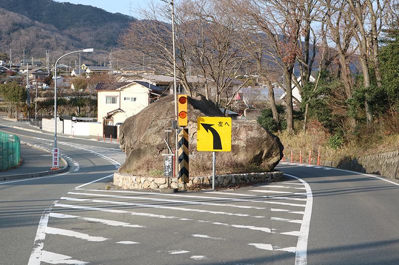 工事関係者42名が死亡。県道に鎮座する不思議な「岩の割れ目」の正体とは?