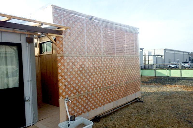 入口前に目隠しを設置、野ざらしにさらないので安心感抜群の快適トイレ