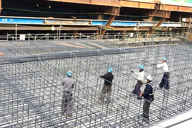 ラクラクロールマット工法、安全に無理のない姿勢でロープを引いて展開、作業員の肉体的負担を大幅に軽減