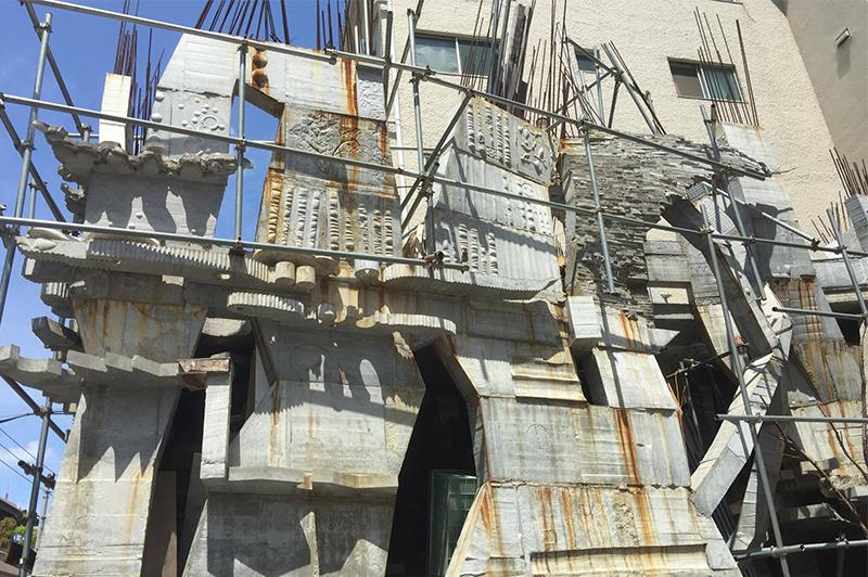 蟻鱒鳶ルの外壁は打ち放しコンクリート