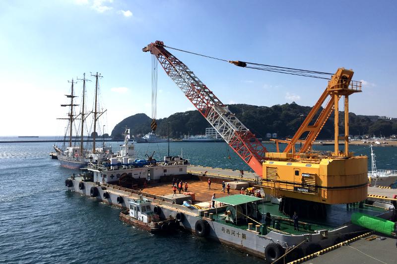 魚礁を沈めた250t吊クレーン船「第10河市号」