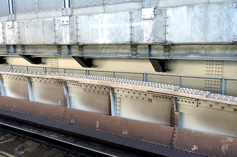 神田駅構内の典型的な全リベット接合の下路鉄道橋