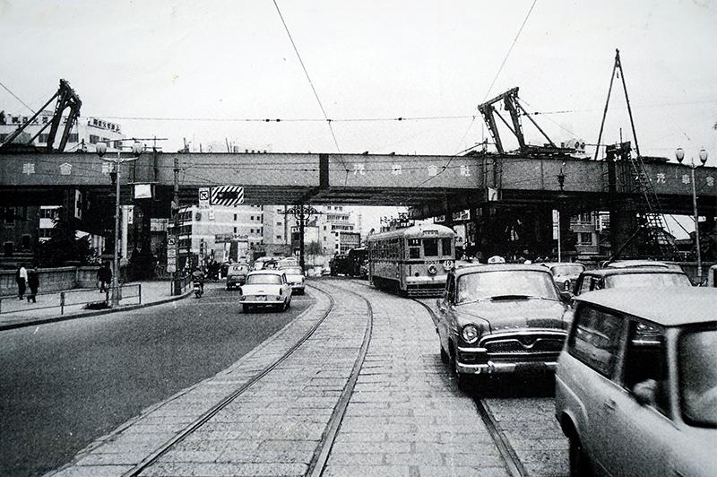 1963年、架設中の高速日本橋(著者蔵)
