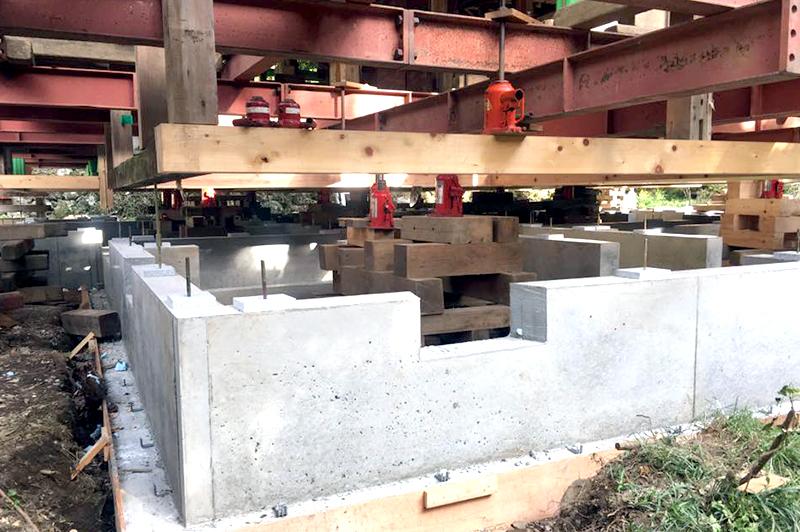 上腰工法で柱をつかんで持ち揚げれば、基礎コンクリートは新築同様に施工できる。