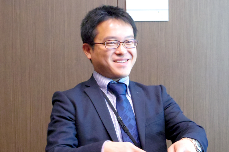 綿鍋宏和さん 総合企画部 経営企画グループ マネージャー ファンタジー営業部初期から部員の一人。事務系職で入社し、財務部、建築現場、土木現場を数年経験し、現職に至る。