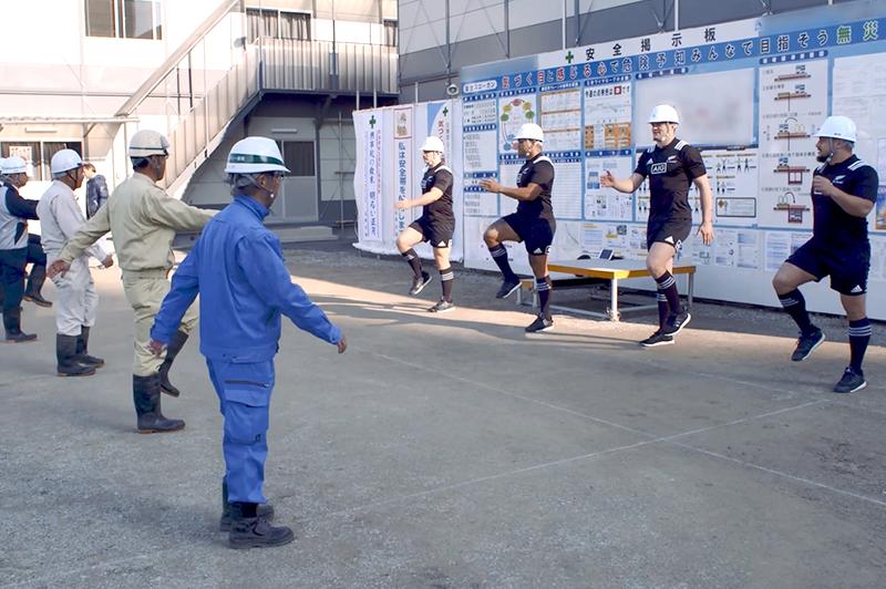 奥村組の建設現場で「けんせつ体幹体操」に挑戦するオールブラックス