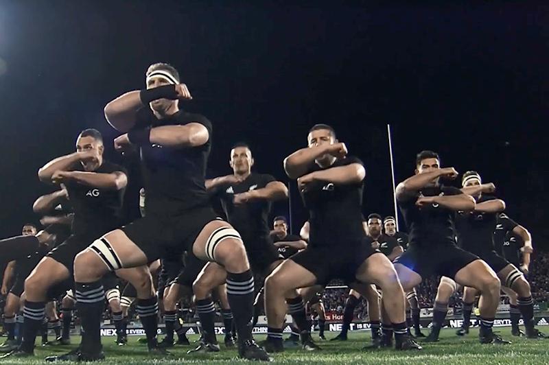 ラグビーニュージーランド代表が奥村組の現場で「けんせつ体幹体操」に挑戦