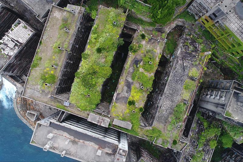 真上から見た軍艦島の集合住宅群。