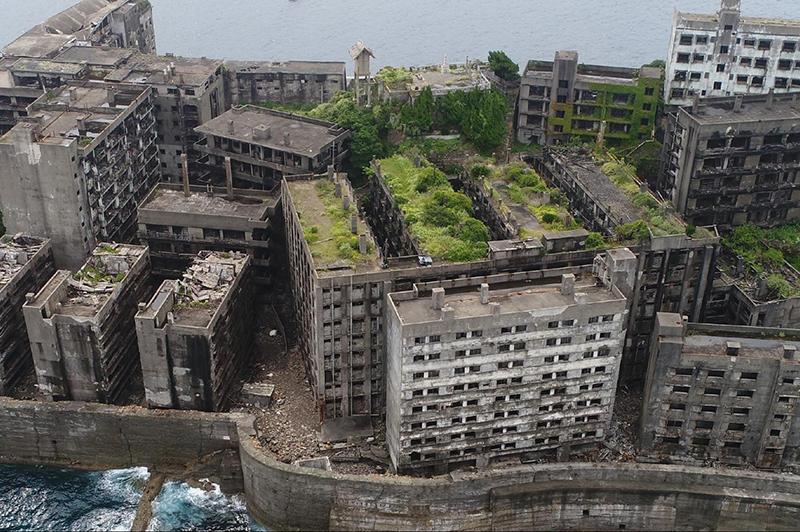 廃墟化した集合住宅が立ち並ぶ軍艦島