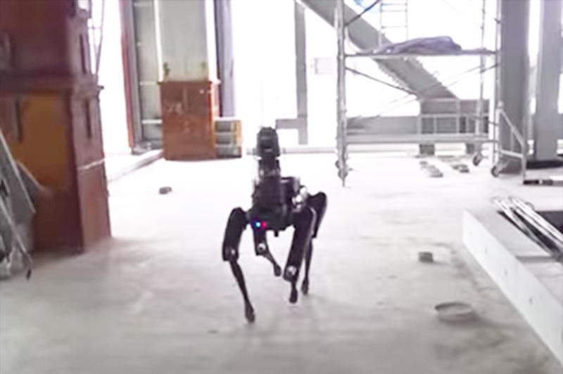【衝撃動画】犬型ロボットが、建築現場を巡回開始!