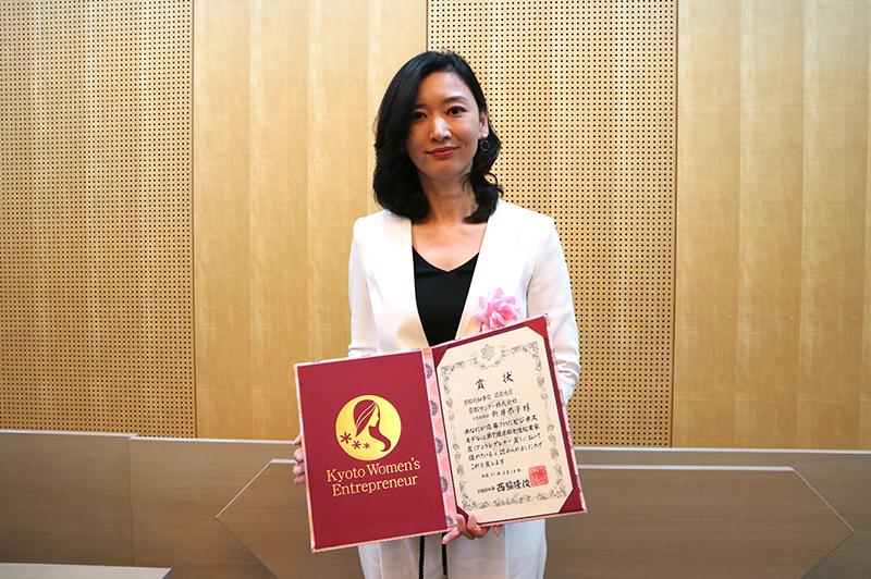 アントレプレナー賞で最優秀賞を受賞した、京都サンダー株式会社の新井恭子社長