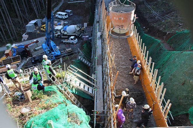 研修の現場となった上初野川に建設中の砂防堰堤