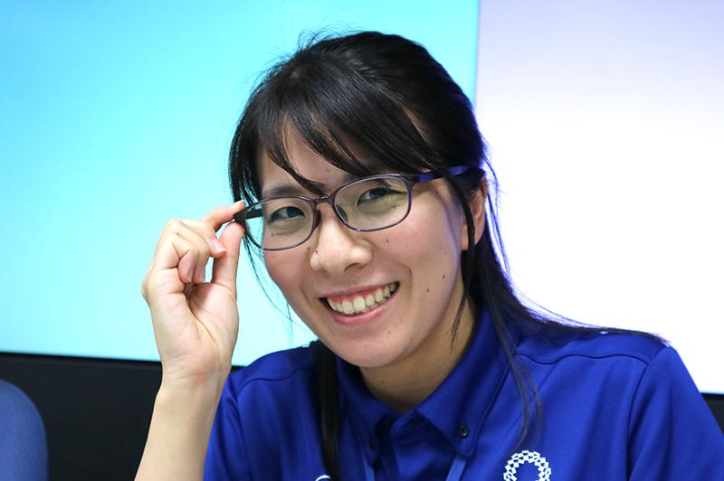 「ヒロやん」こと、山田紘子・静岡県交通基盤部建設政策課主任。チャームポイントは伊達メガネ。
