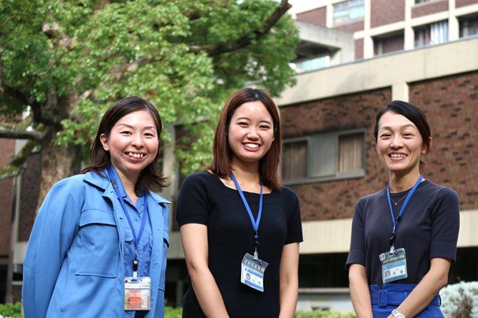 市庁舎前にて。左から江副遥子さん、佐藤真優さん、馬場明希さん