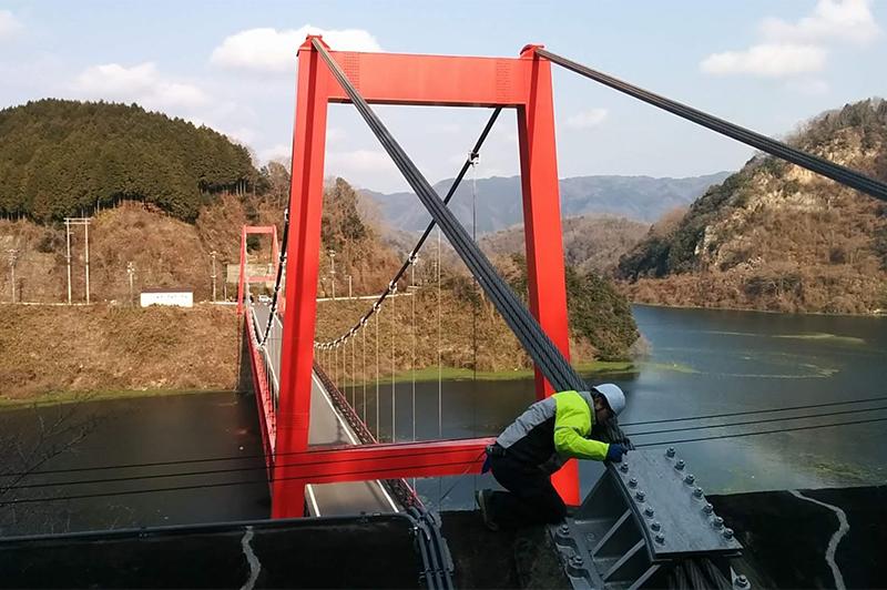 京都技術サポートセンター時代、橋梁点検作業中の春田さん(写真提供:春田さん)