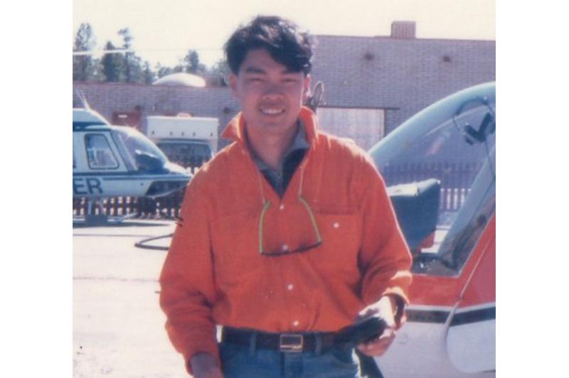 藤井氏が20歳のころの写真。旅先の空港にて。