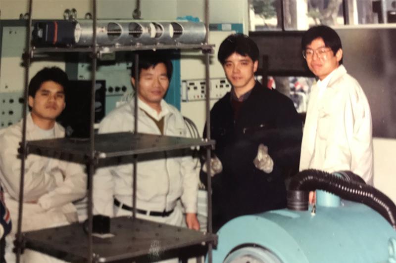 耐震工学研究室在籍中の見坂氏(右から二人目)