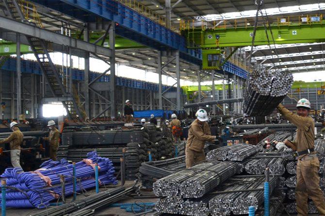 田村工業株式会社の鉄筋加工工場で働くベトナム人たち