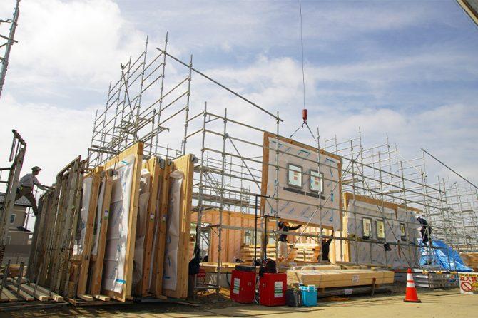 大型パネルによる住宅建築の様子
