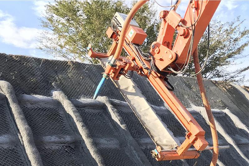 【大林組】法面上の鉄筋と型枠が不要に! ICT建機で吹付枠工の人員50%削減、工程25%短縮