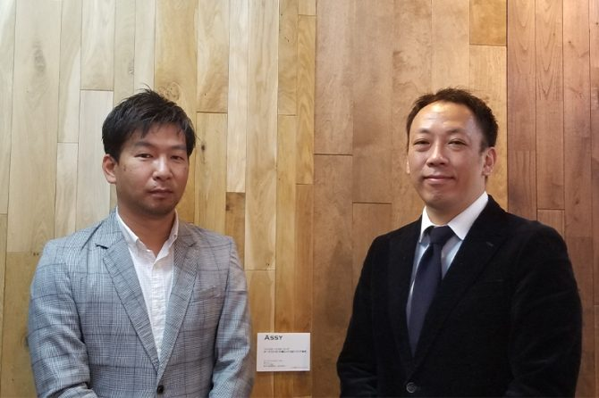 左から株式会社住環境ジャパンの深見栄太常務取締役、坂田敏典部長