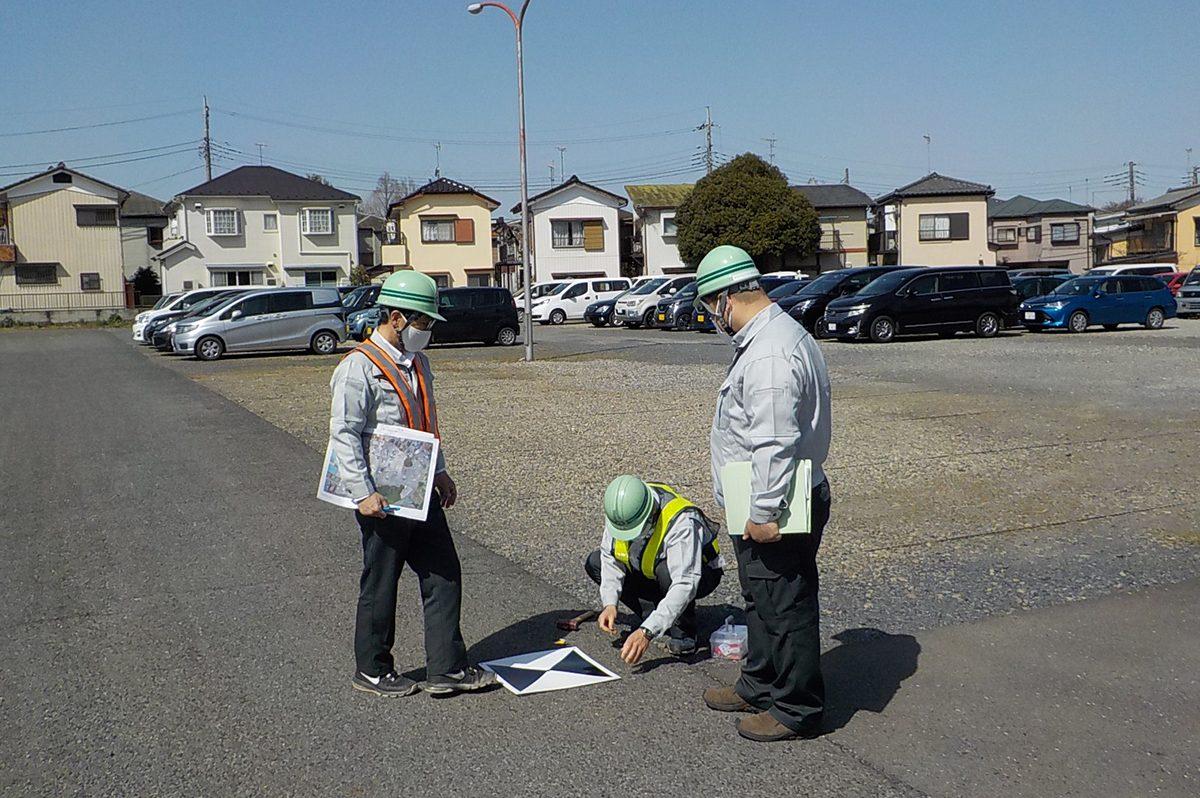 ドローンによる空撮用の対空標識の設置作業(右が秋山さん)